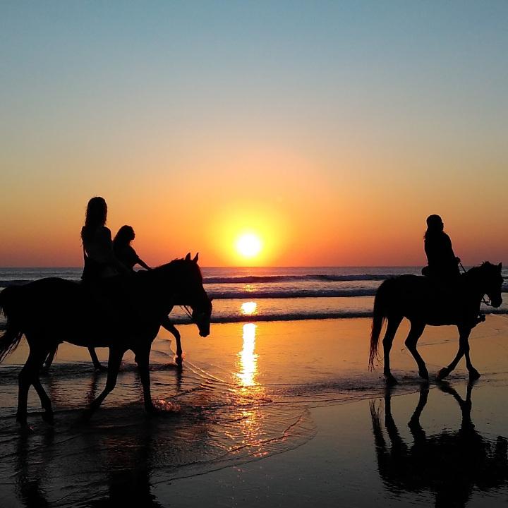 Reiter entspannt am Strand